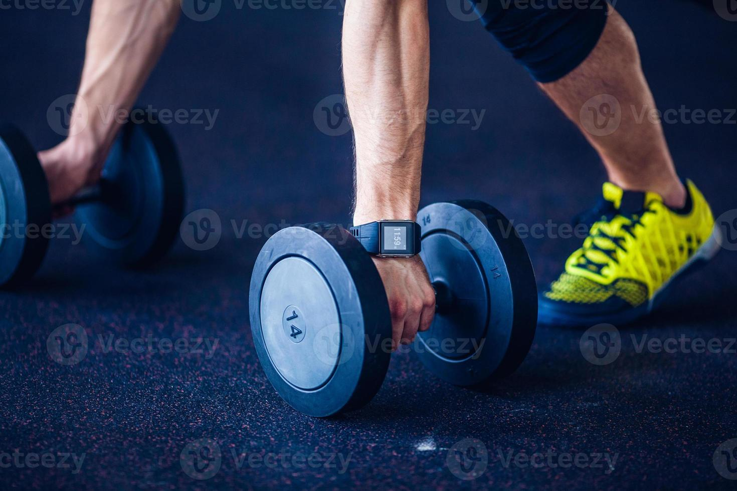 gyminstruktör på gymmet som gör pushups foto
