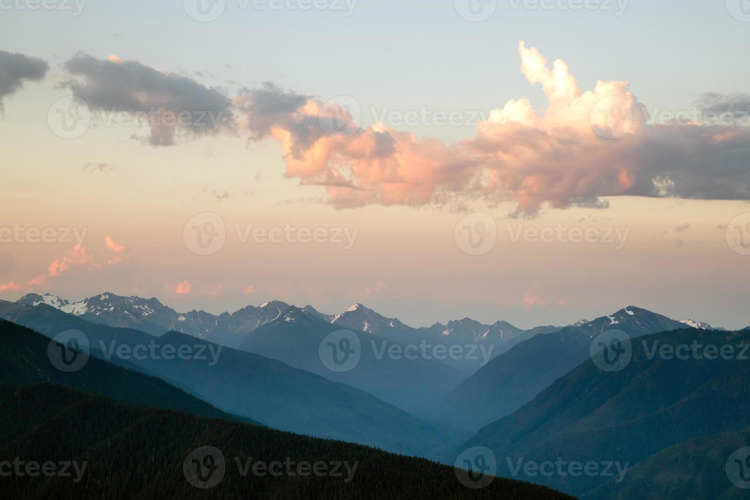 dramatisk himmel molnlandskap över orkanen kanten olympiska bergen foto