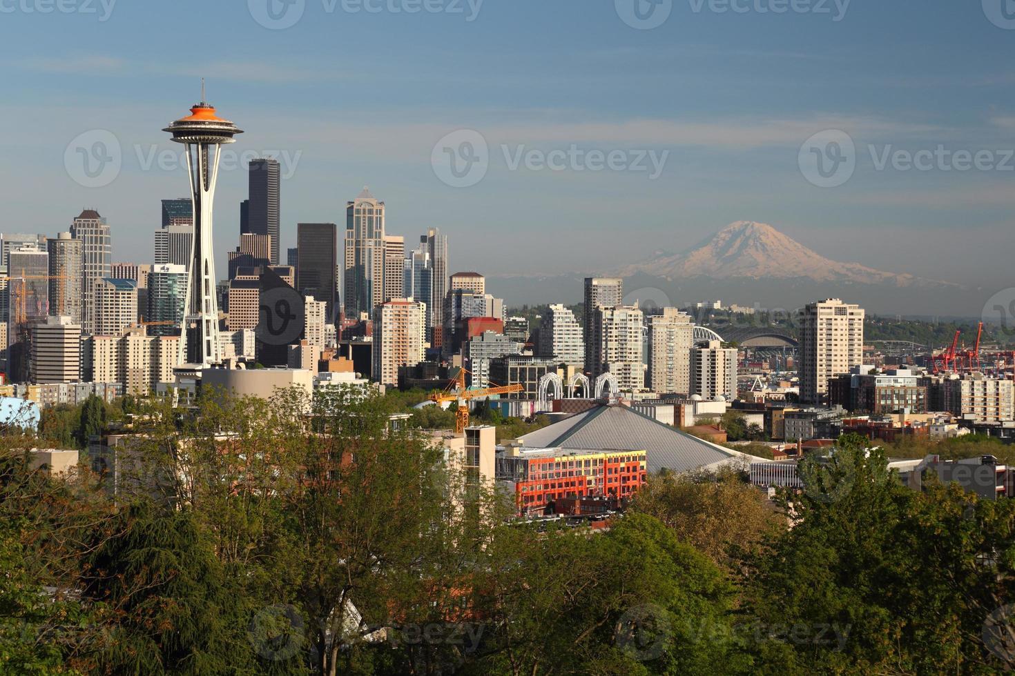 seattle skyline och montera regnigare foto