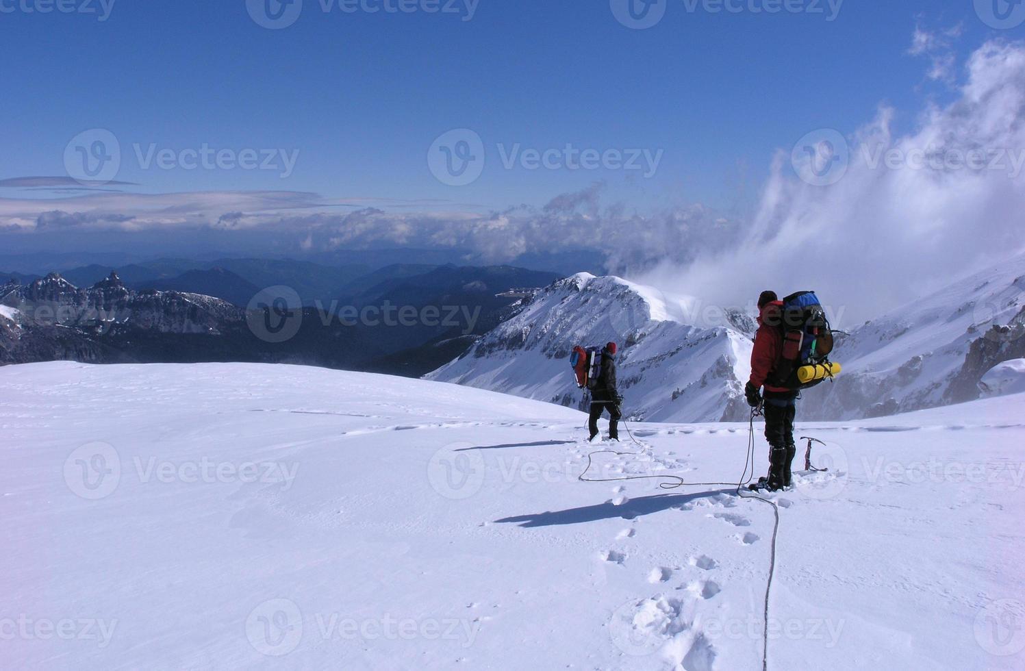 bergsbestigare på en glaciär foto