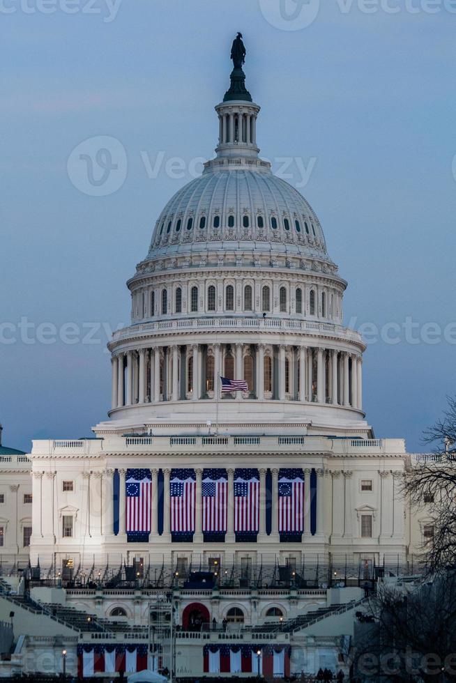 us capitol dome med invigningsflaggor foto
