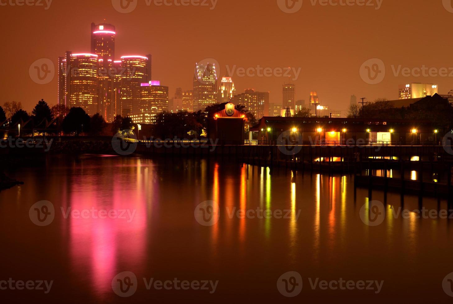 detroit skyline reflektion under bröstcancermedvetenhet månad foto