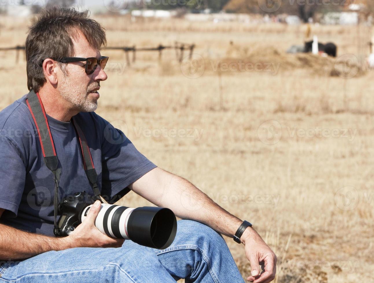 fotograf som letar efter den perfekta bilden foto