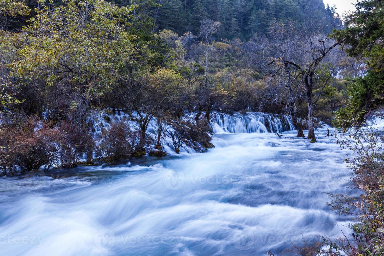 ström i jiuzhaigou nationalpark foto