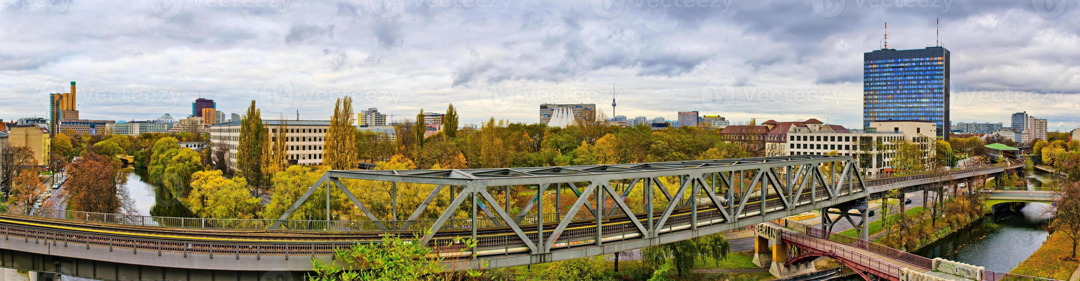 panorama i berlin med järnväg på första plan foto