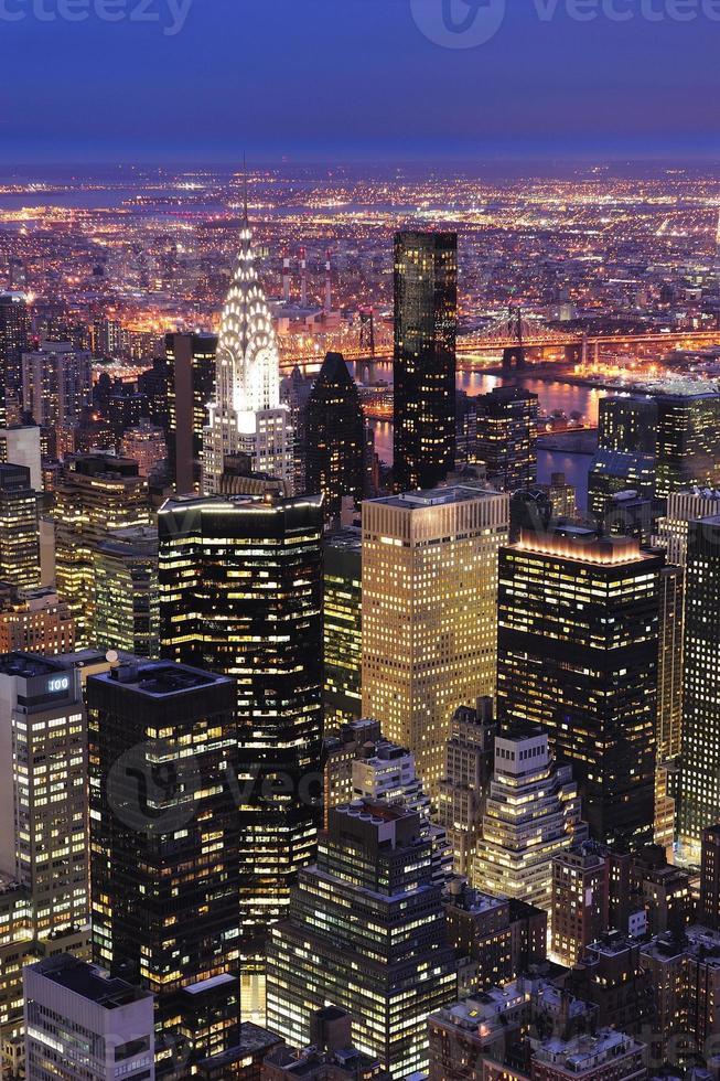 new york city manhattan skyline flygfoto i skymningen foto