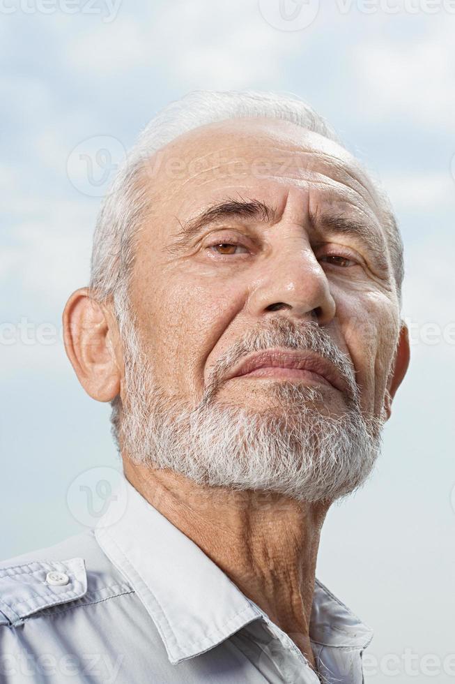 porträtt av en skäggig man foto