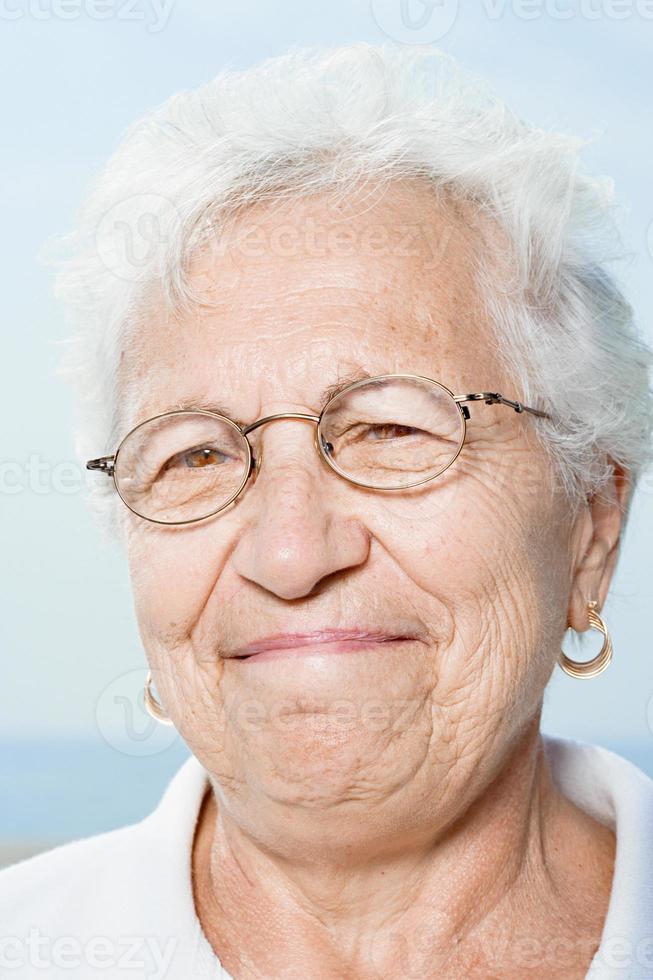 äldre kvinna leende foto
