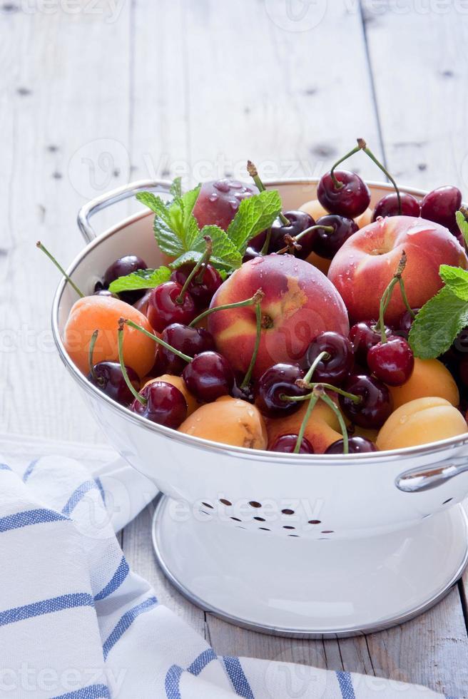 durkslag blandade frukter och bär foto