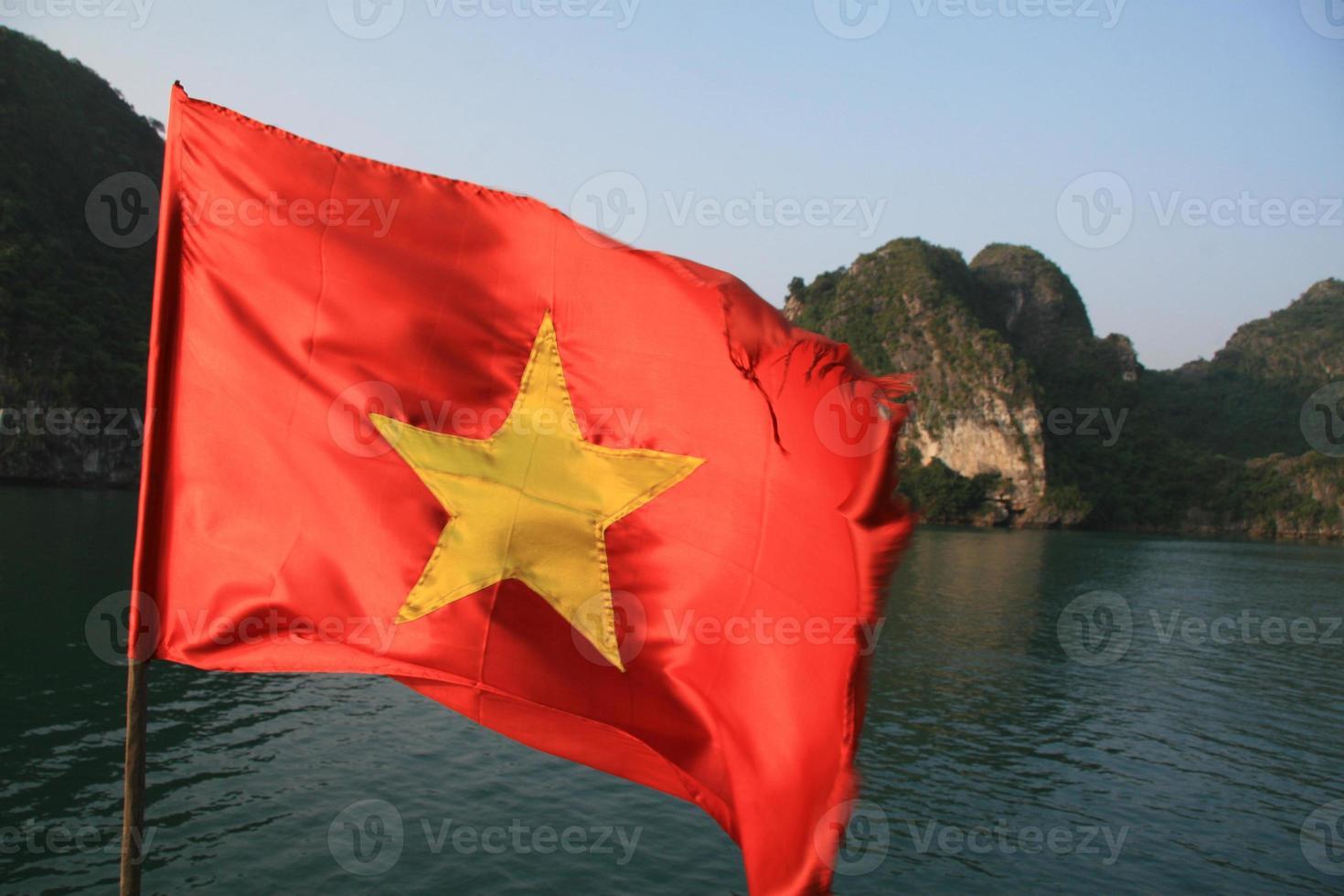 vietnamesisk flagga i halong bay foto