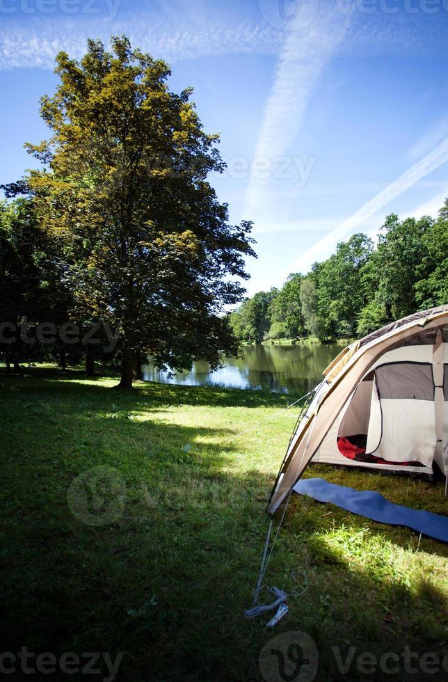 camping vid sjön foto