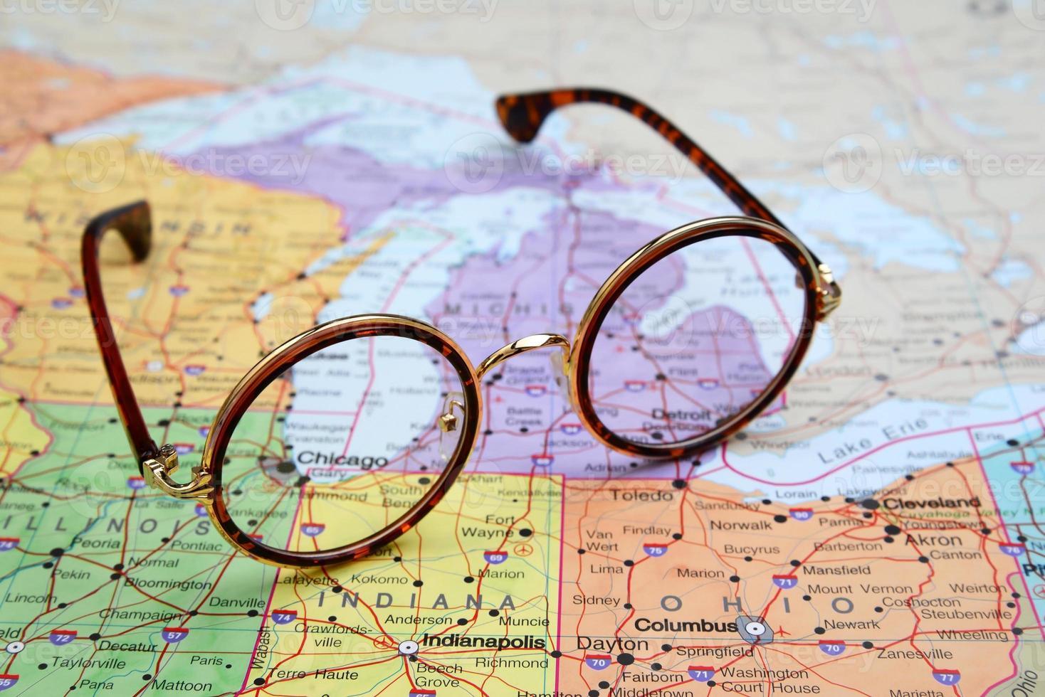 glasögon på en karta över usa - chicago foto