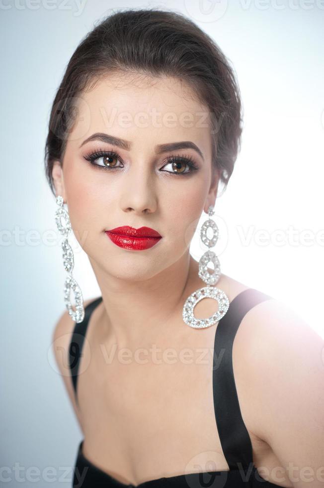 attraktiv kvinna med röda läppar och kreativ makeup foto