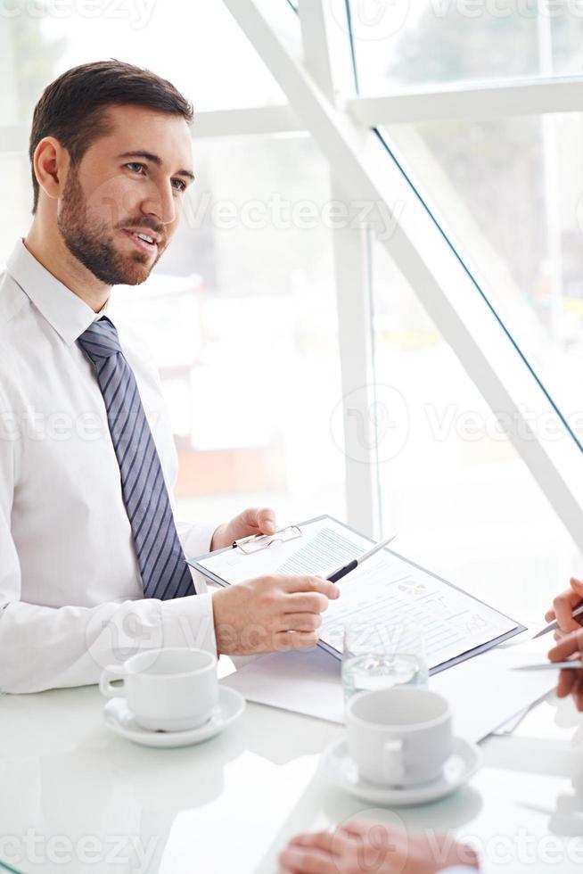 diskuterar ett dokument foto