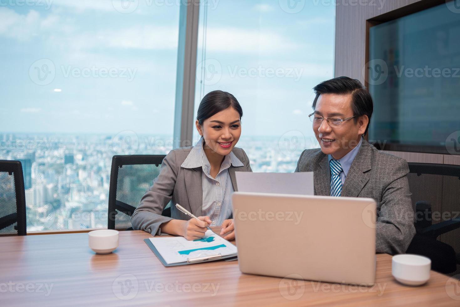 analys av finansiella dokument foto