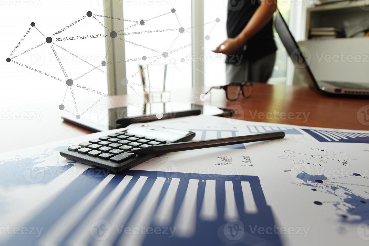 affärsdokument på kontorsbordet med den digitala surfplattan foto