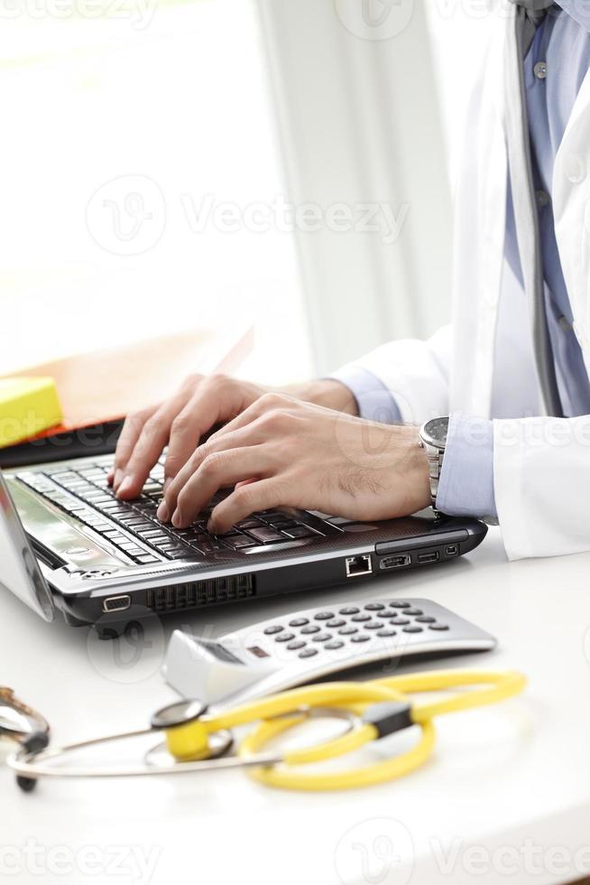 närbild av ung läkare foto