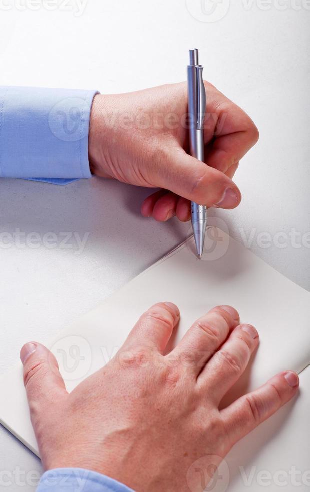 händerna på en man som skriver foto