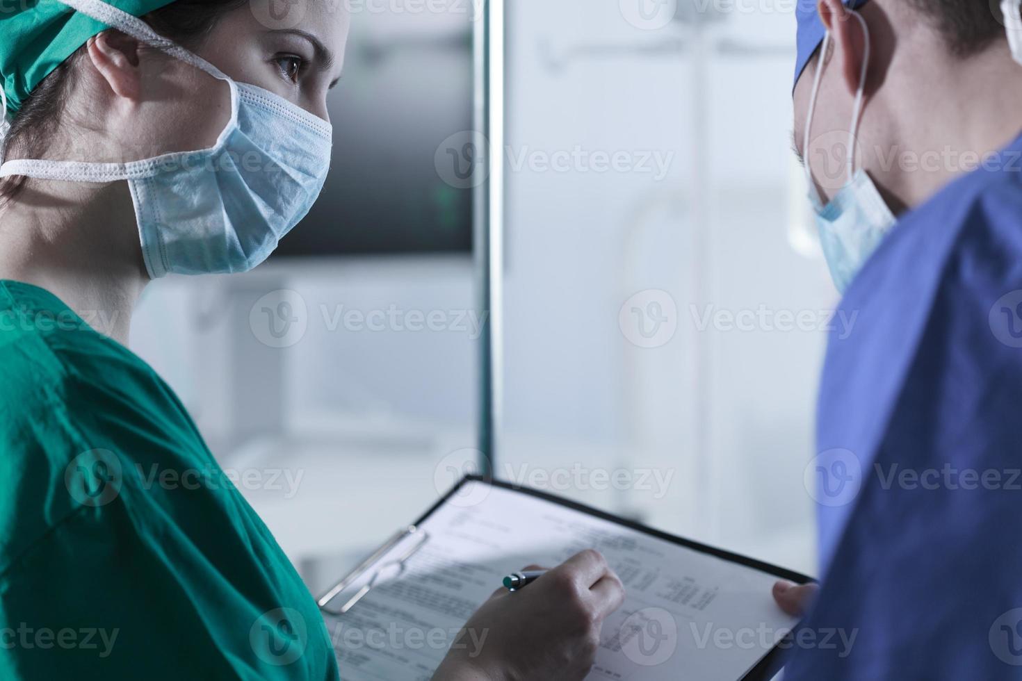 kirurger som diskuterar innan operationen foto