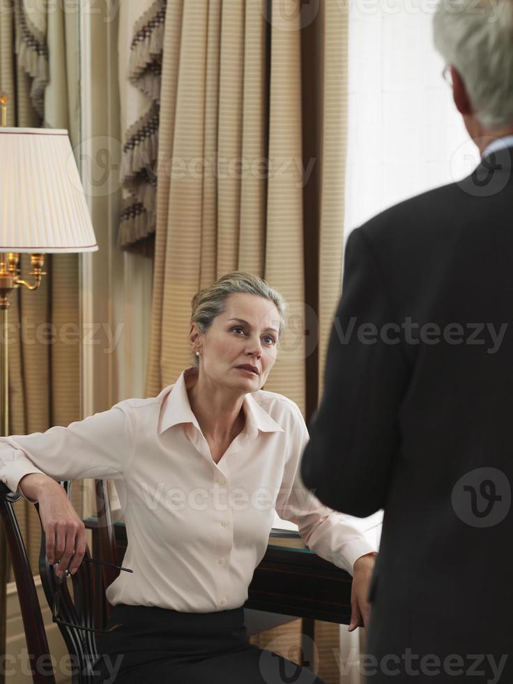 medelålders affärsfolk i diskussion foto