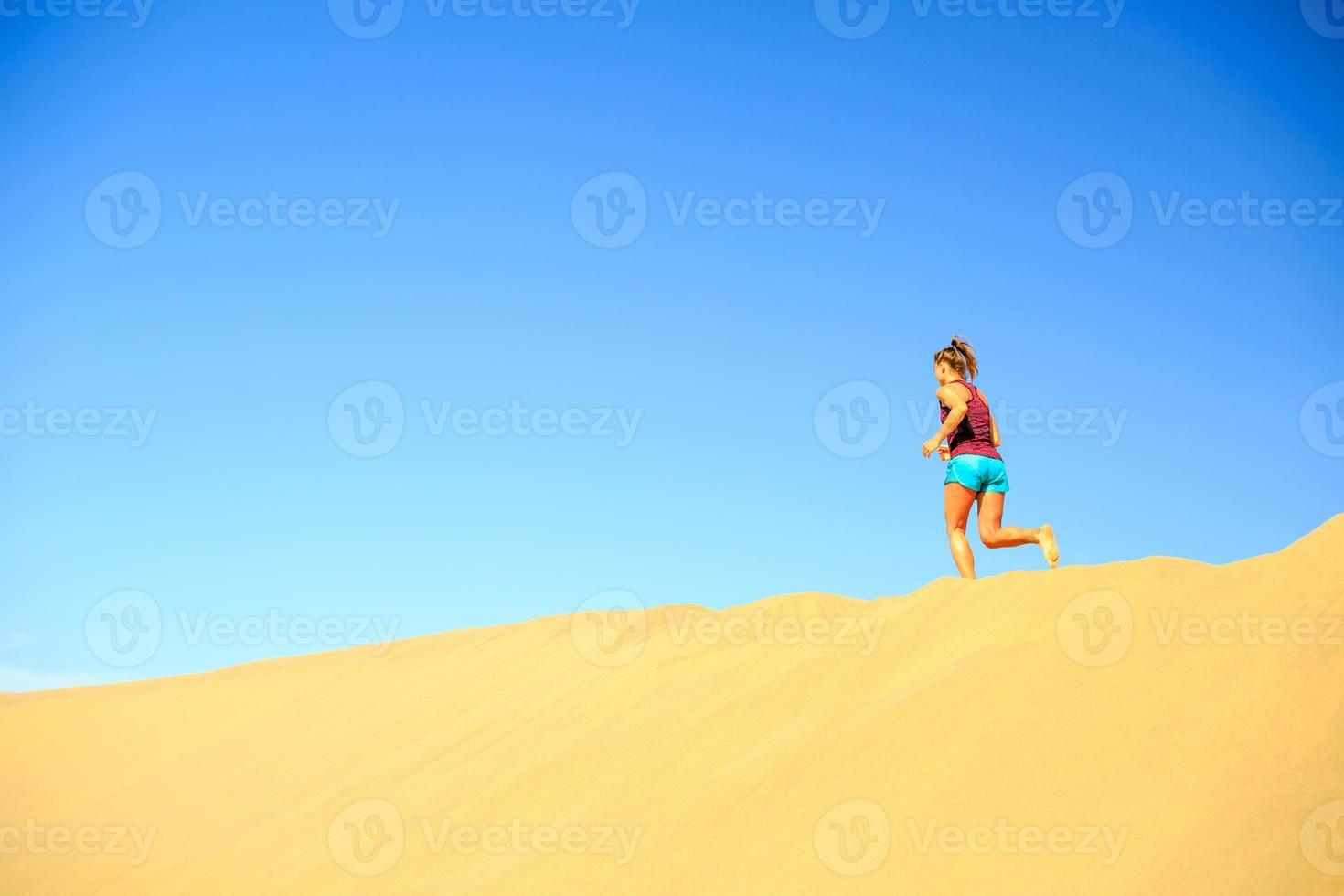 kvinna kör på sand öken sanddyner foto