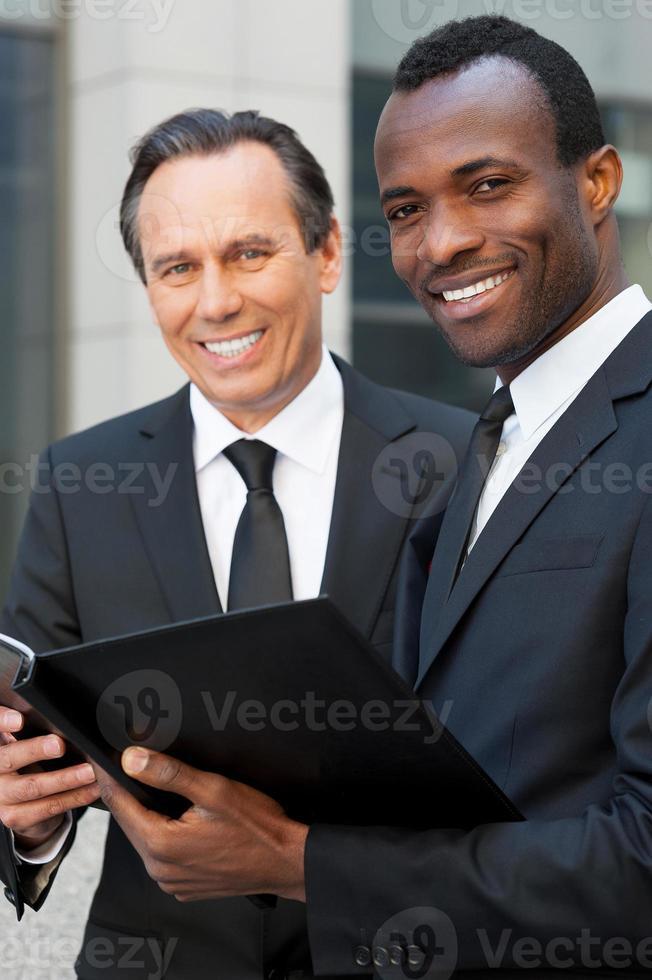 diskuterar kontrakt tillsammans foto