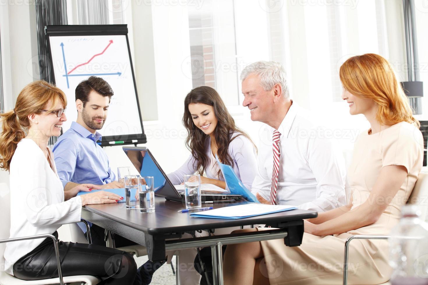 affärsmän som diskuterar i ett möte foto