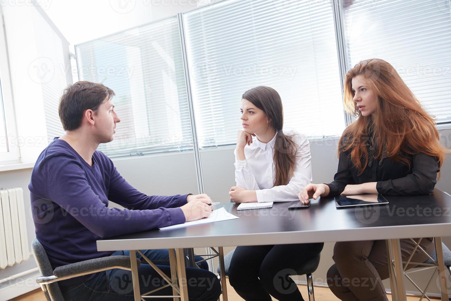 tre affärsmän diskuterar något tillsammans foto