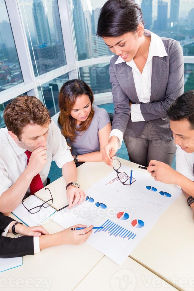 asiatiska affärslag diskuterar diagram foto