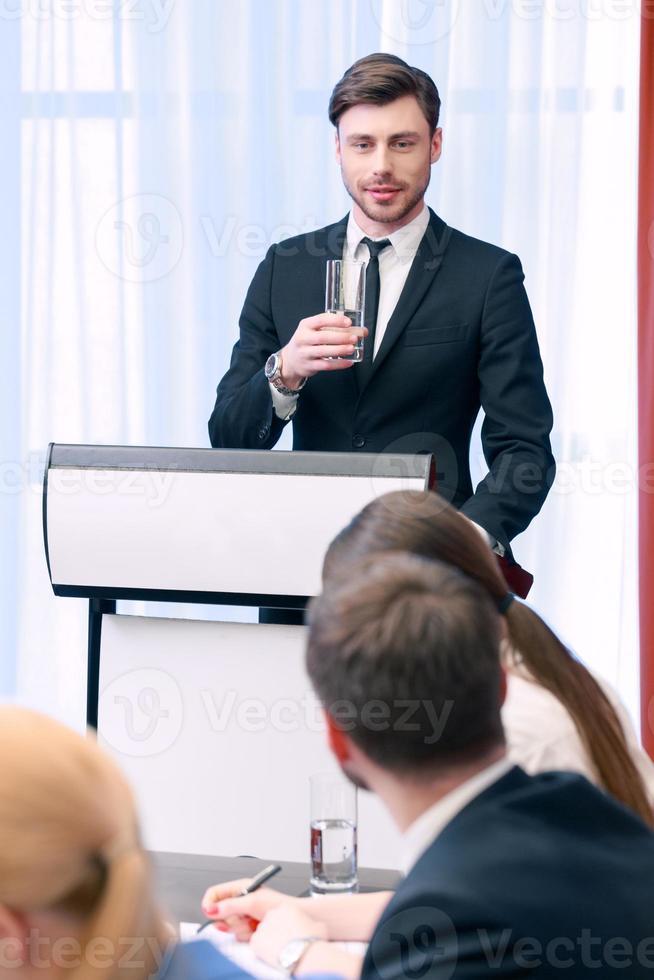 talare vid tribunen foto