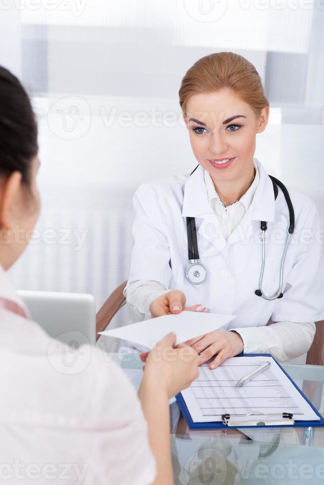 läkare som ger recept till patienten foto