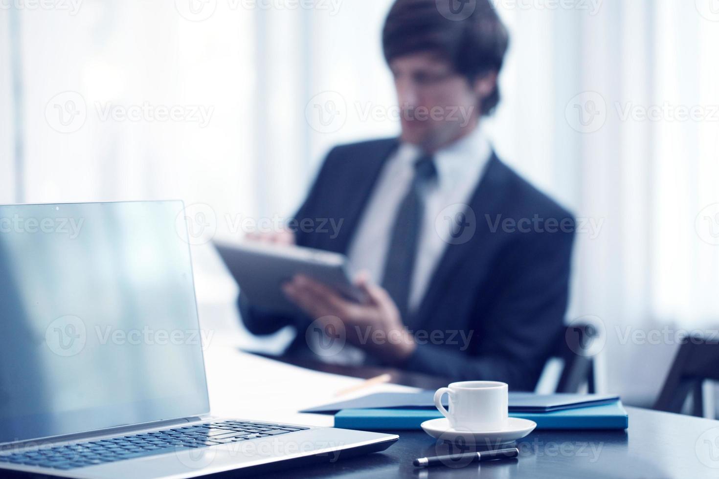 affärsman med surfplatta på jobbet foto
