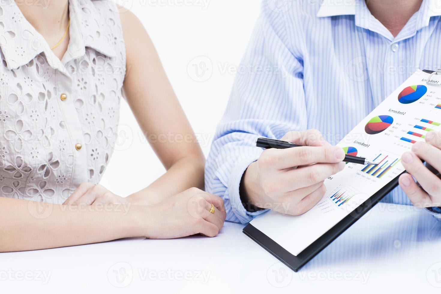 affärsmän som diskuterar under ett möte på bordet foto