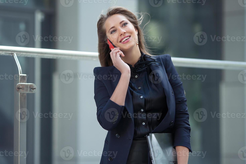 affärskvinna som pratar i en mobiltelefon foto