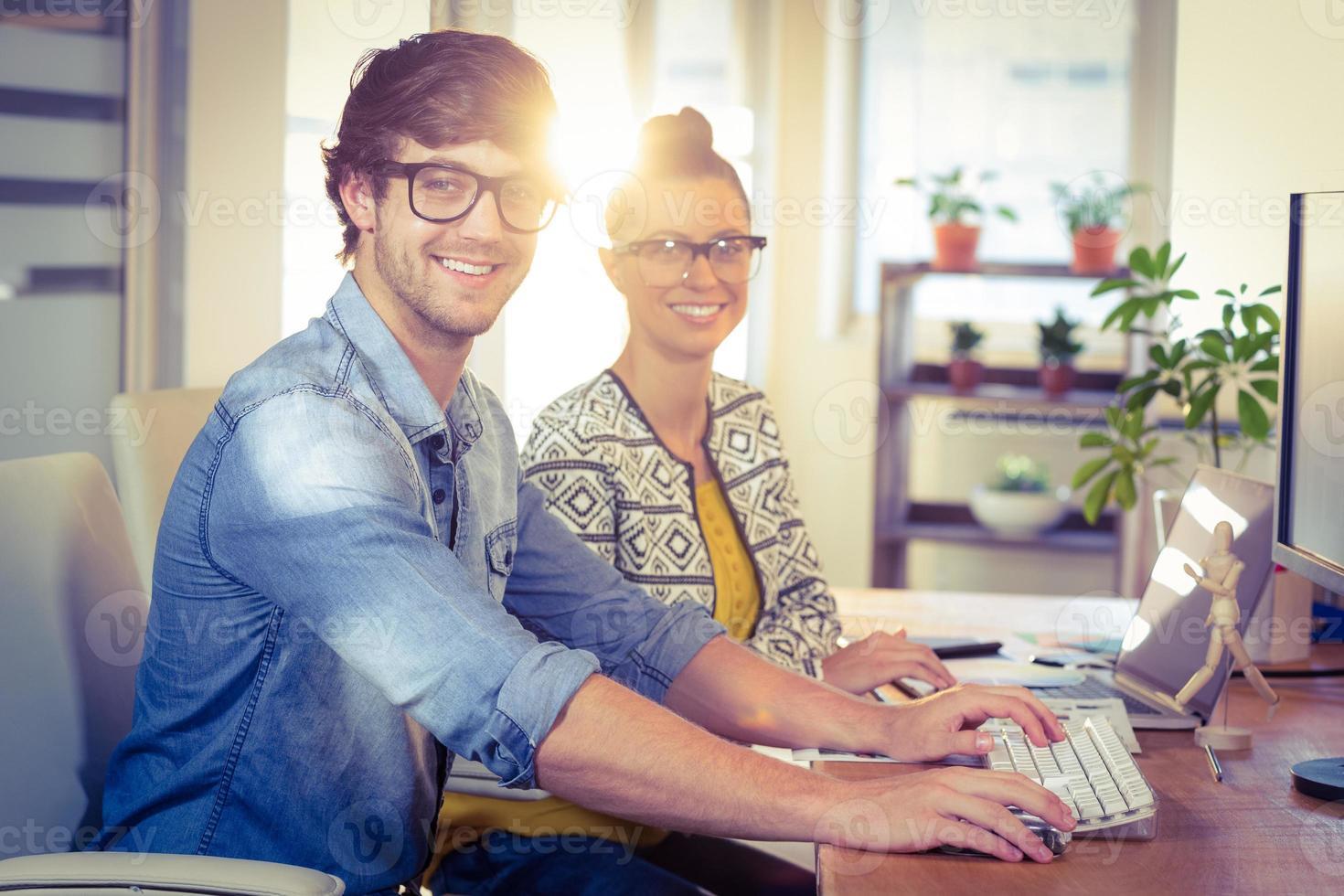 glada designers arbetar tillsammans foto