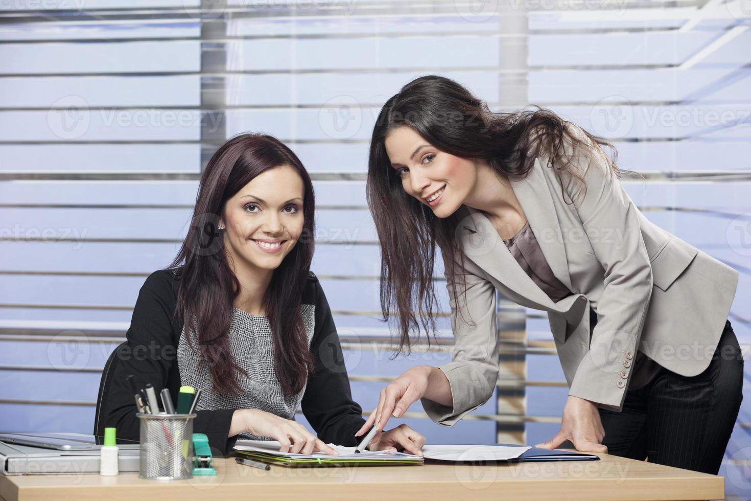 två kollegor som arbetar tillsammans foto