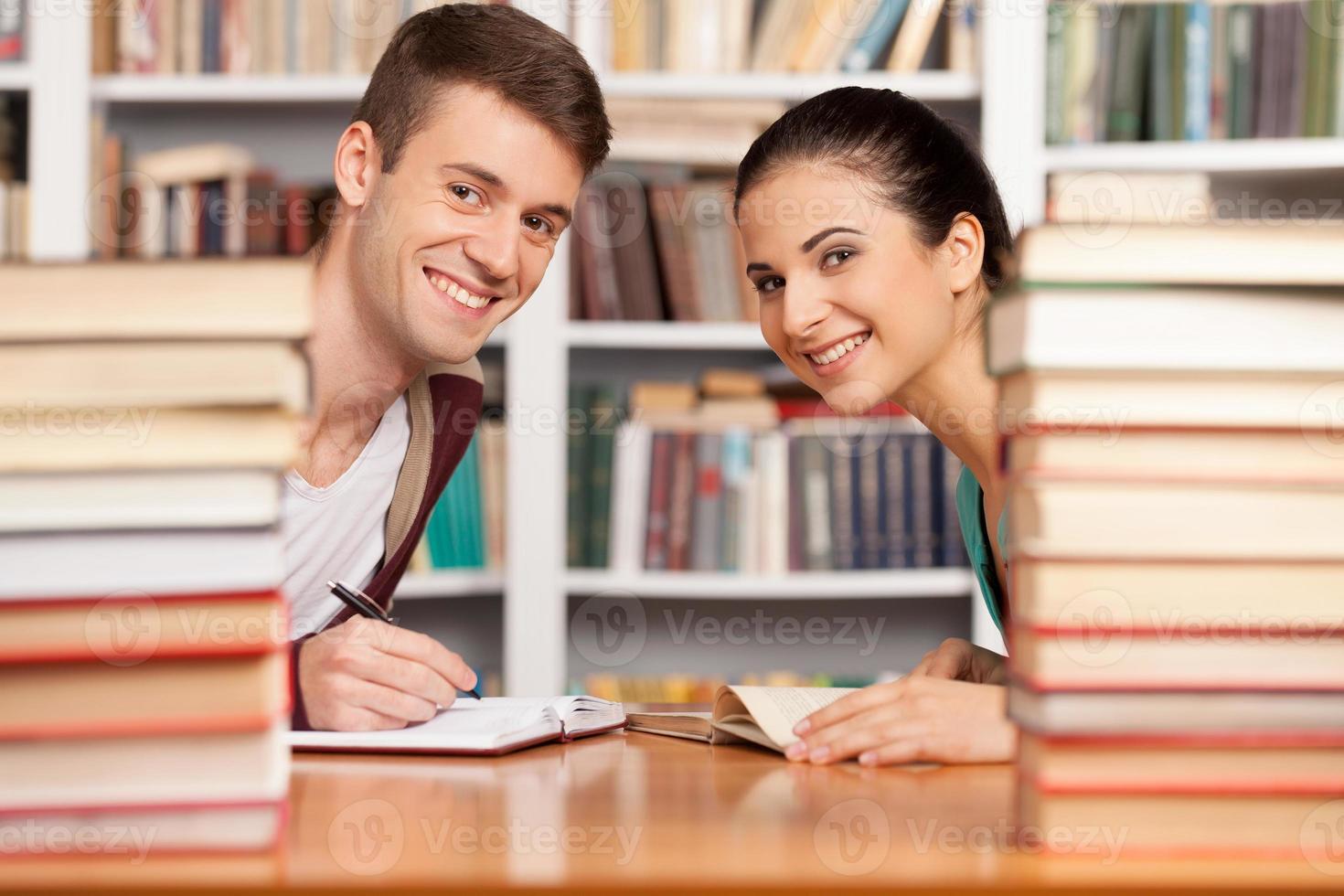 studerar tillsammans. foto
