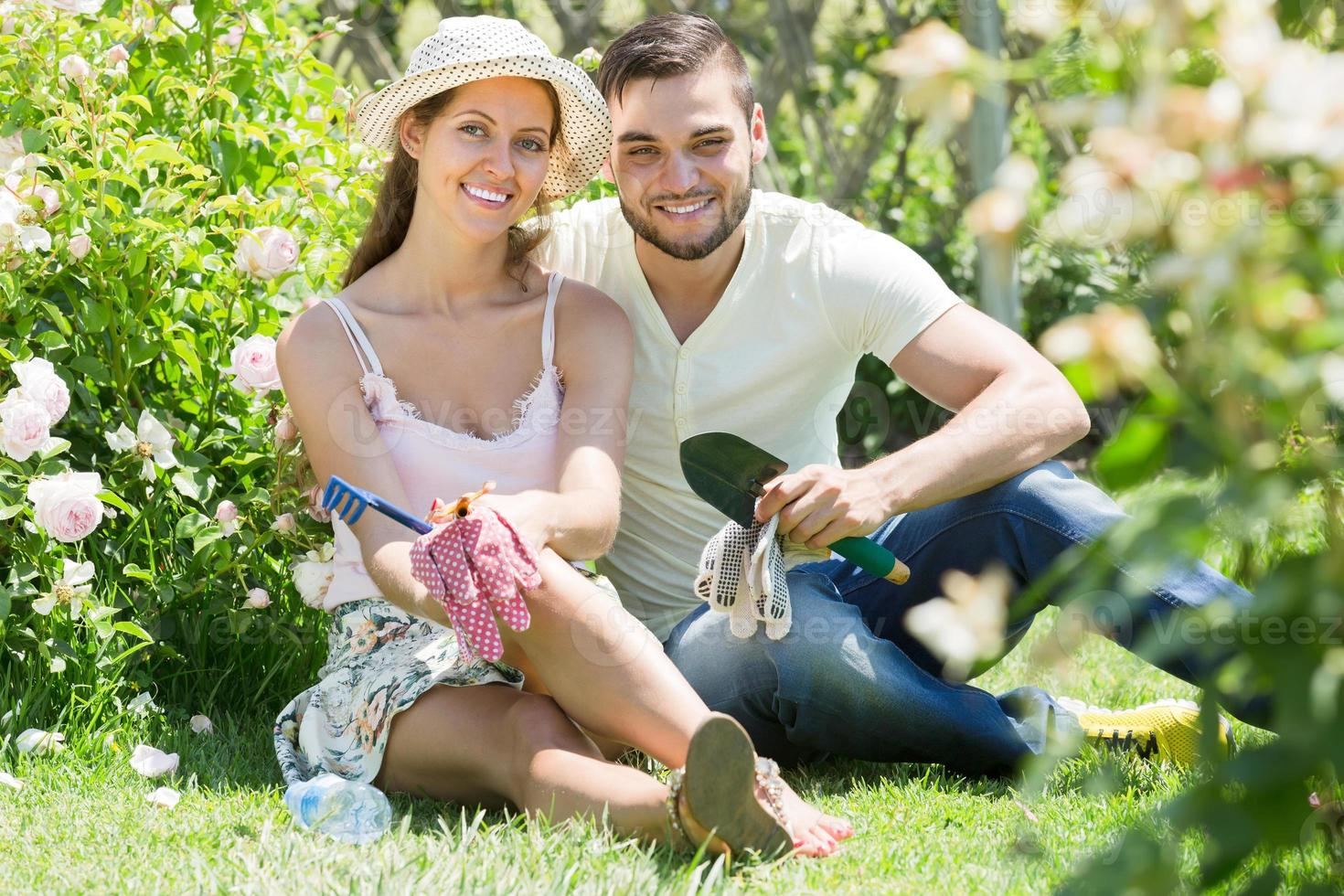 ungt par trädgårdsarbete tillsammans foto