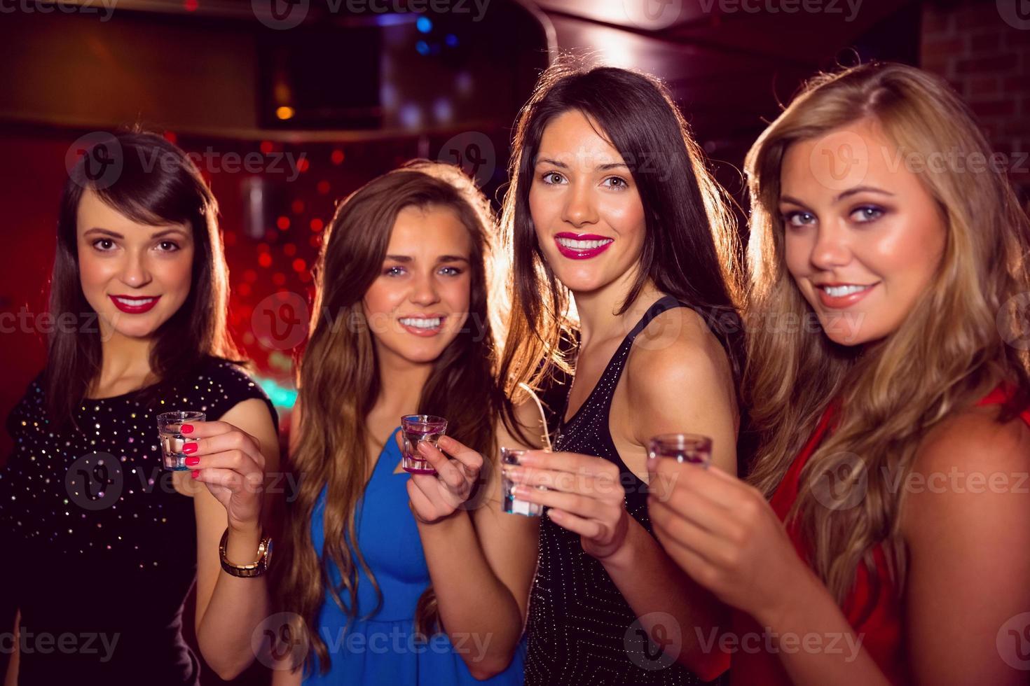 vackra vänner dricker bilder tillsammans foto