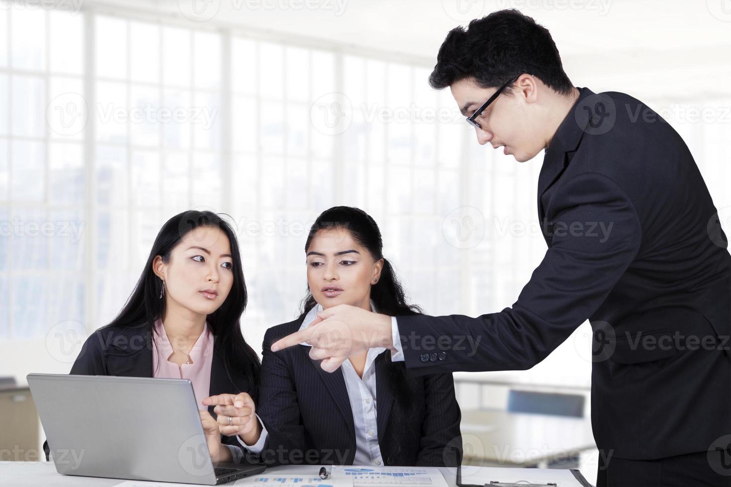 manlig ledare förklarar affärsstrategi foto