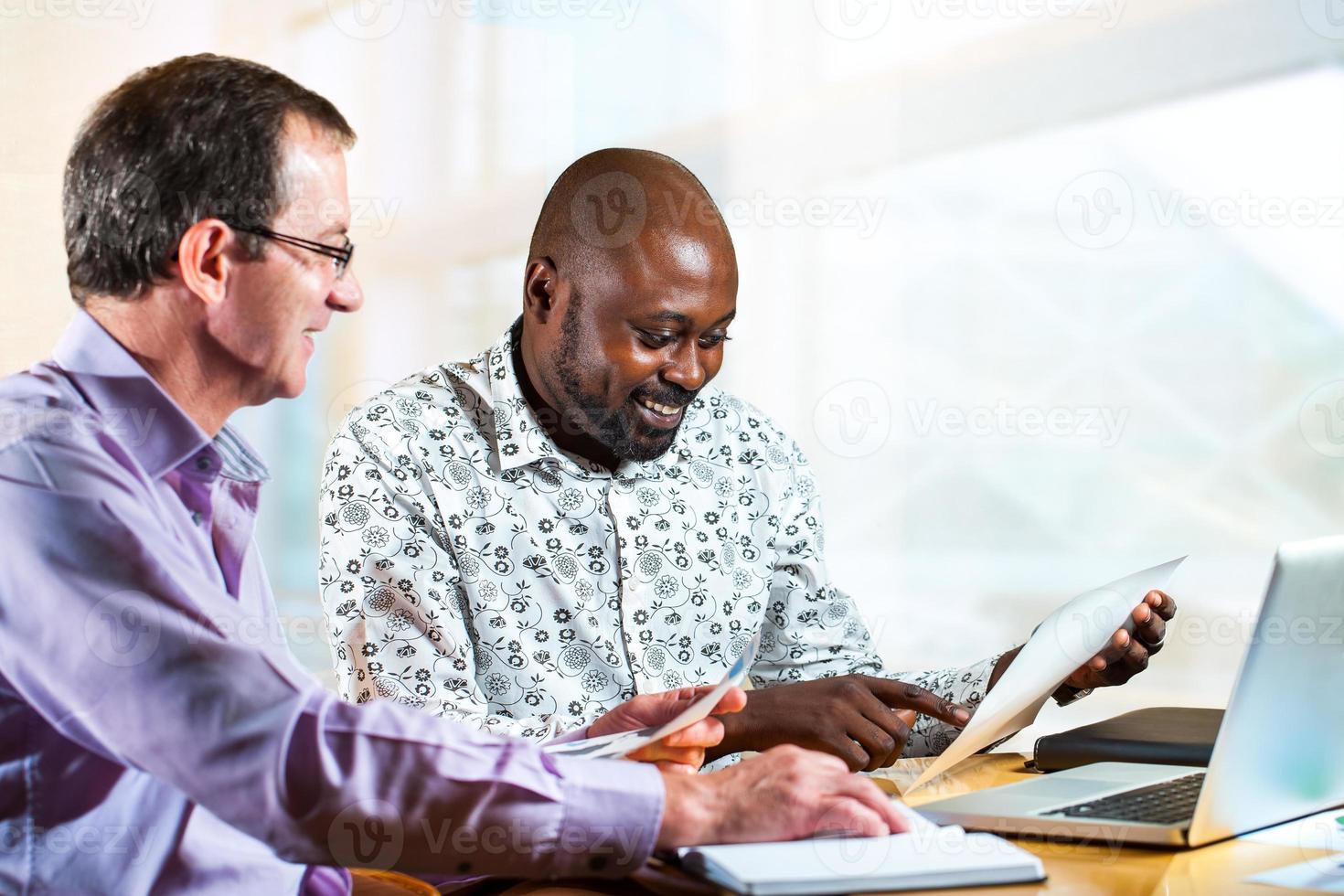 olika affärspartners som arbetar tillsammans. foto