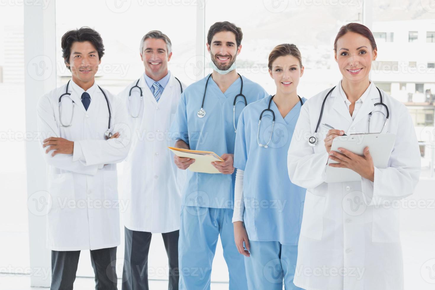 leende läkare som alla står tillsammans foto