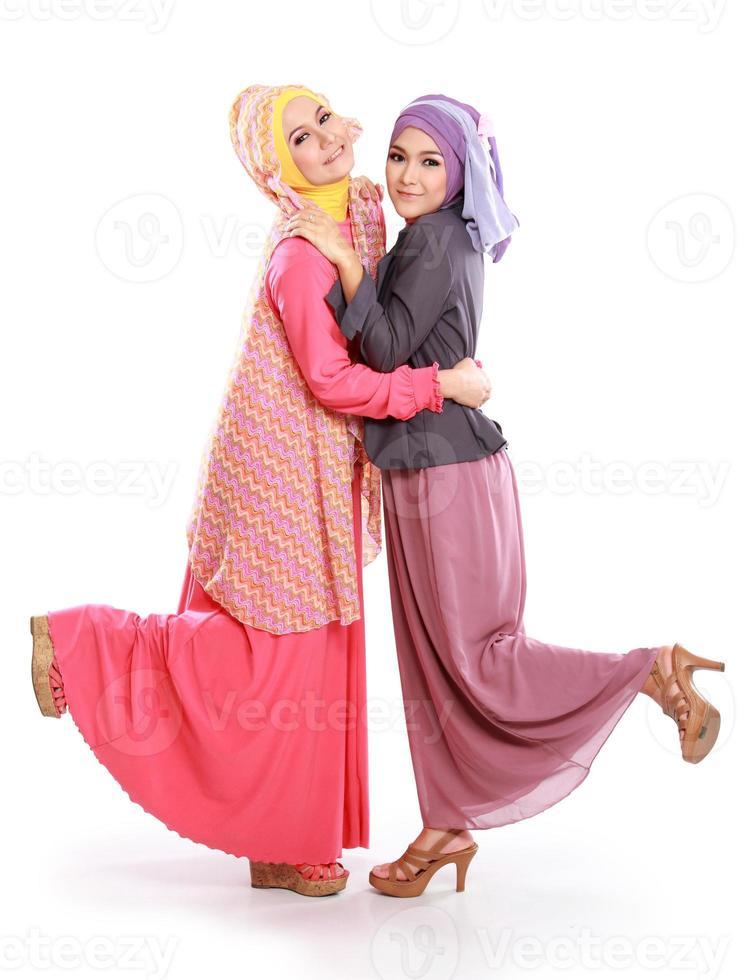 vacker muslimsk tjejvän tillsammans foto