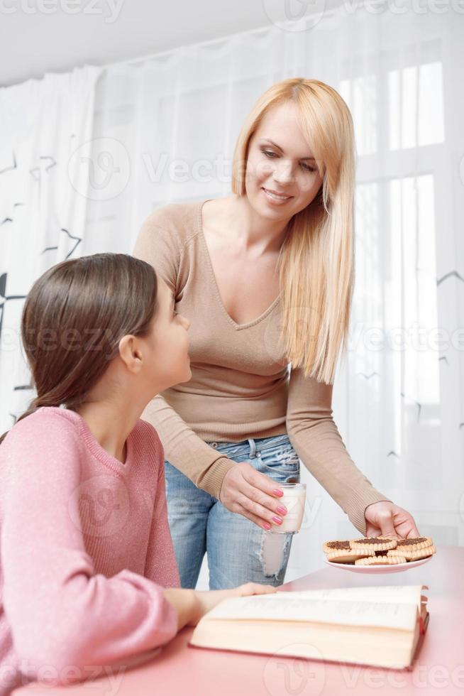 mamma och dotter studerar tillsammans foto