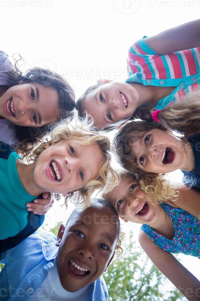lyckligt barn i parken tillsammans foto