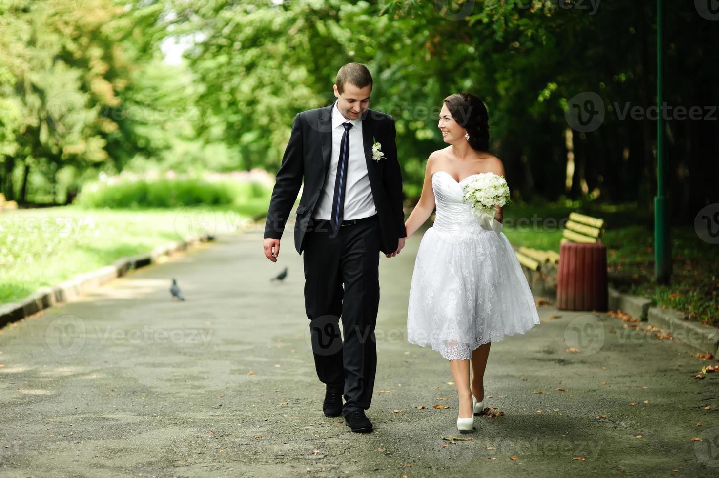 unga nygifta kaukasiska par lyckliga tillsammans. foto