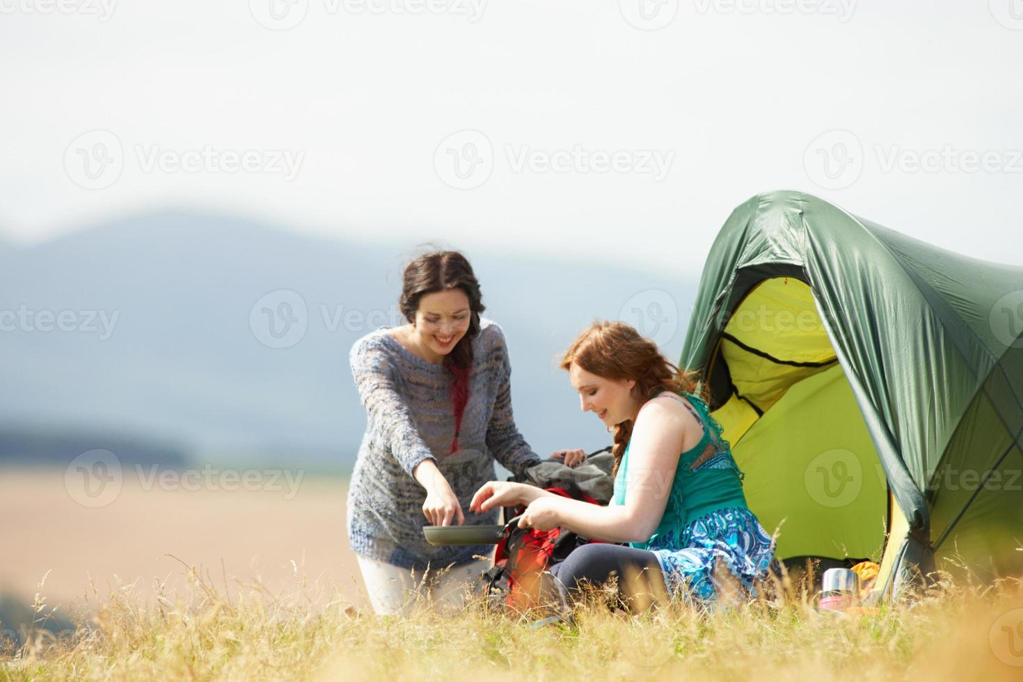 två tonårsflickor på campingtur på landsbygden foto