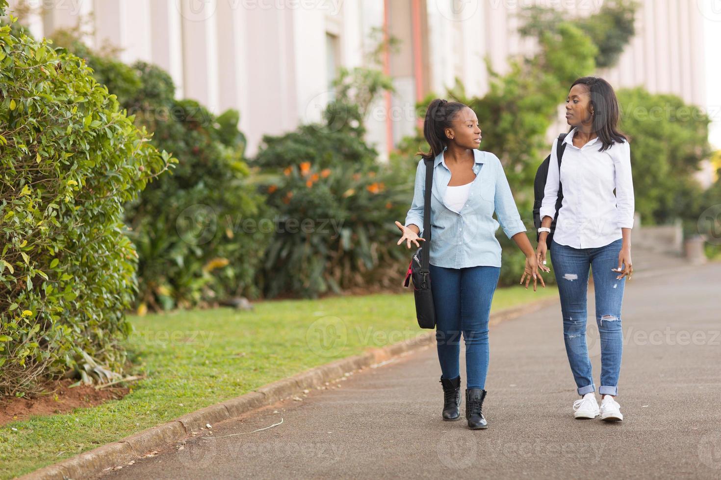 afrikanska högskolestudenter som går tillsammans foto