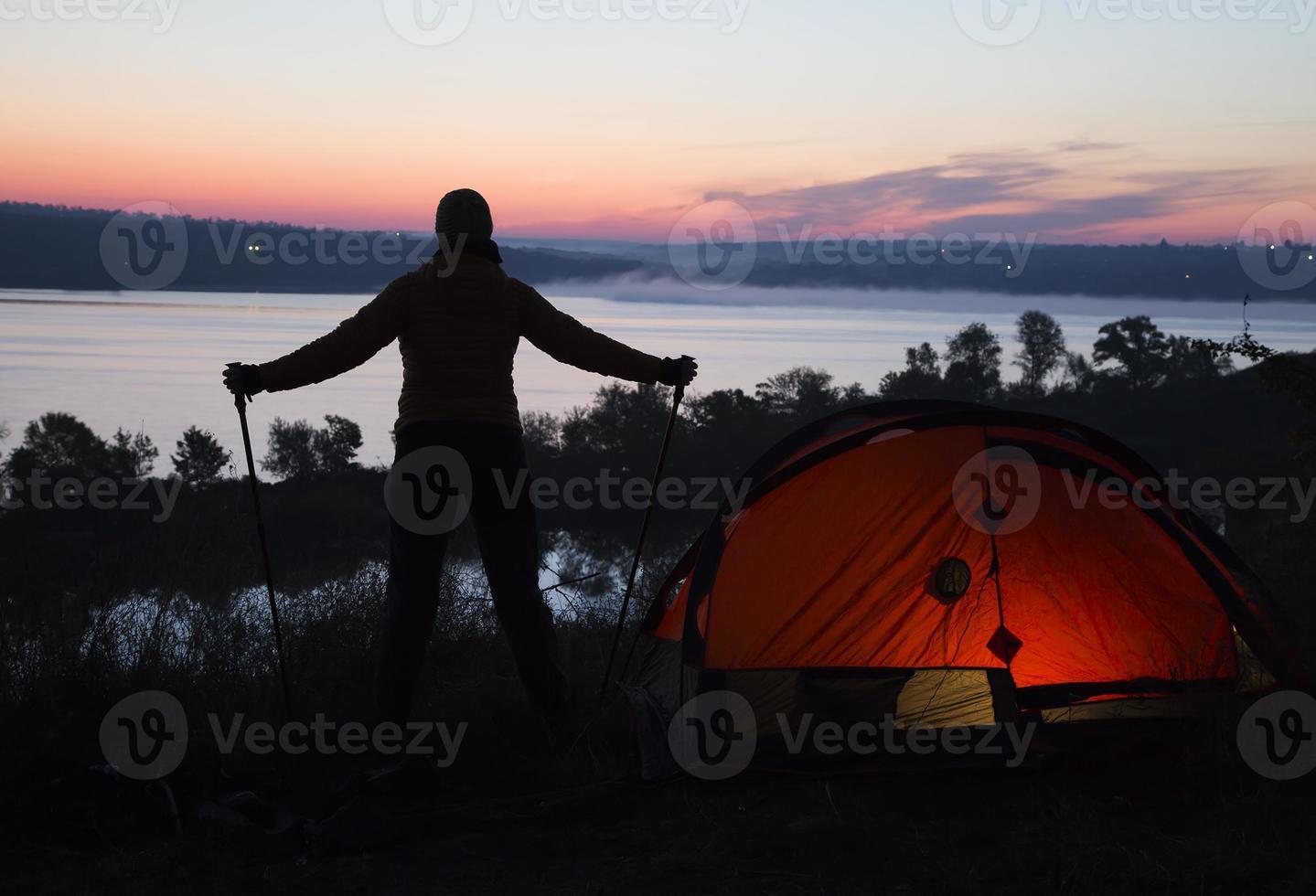 vandrare, tält och soluppgång foto