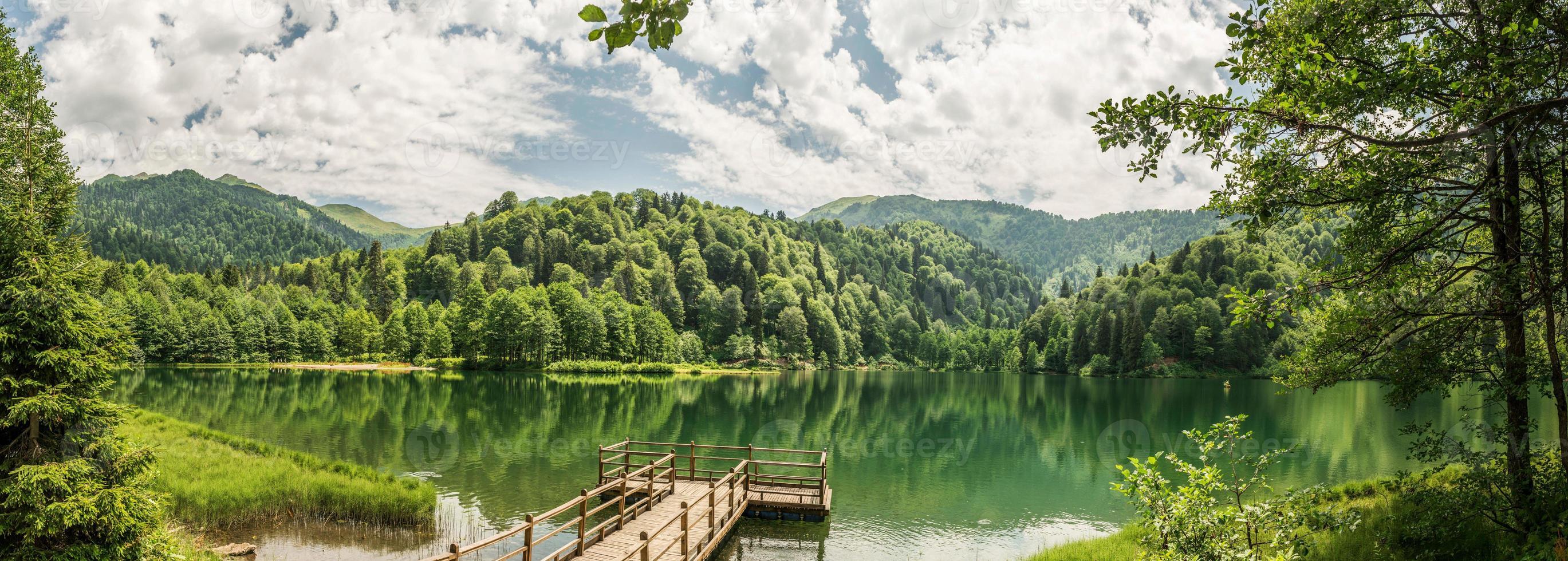 vacker sjö och pir foto